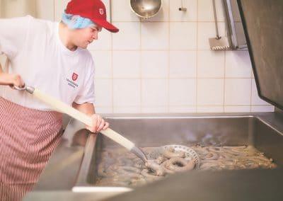 Výroba tradičních jitrnic: Ručně špejlované jitrnice a jelita při vyndavání z kotle lákají k nakousnutí.
